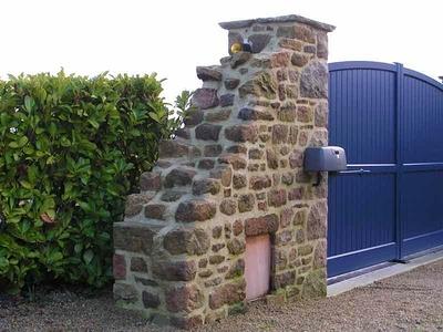 Aménagement d'une entrée de propriété en pierre de récupération maçonnée.