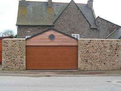 Construction d''un garage en pierre à Saint-Malo.